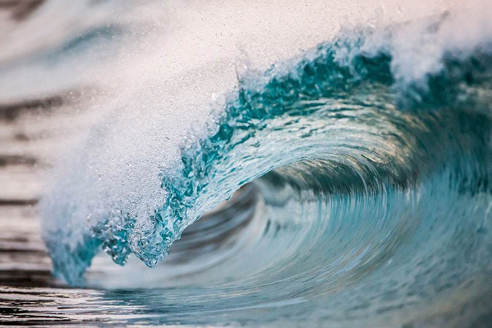 new-photographs-of-crashing-ocean-waves-frozen-in-time-by-pierre-carreau7